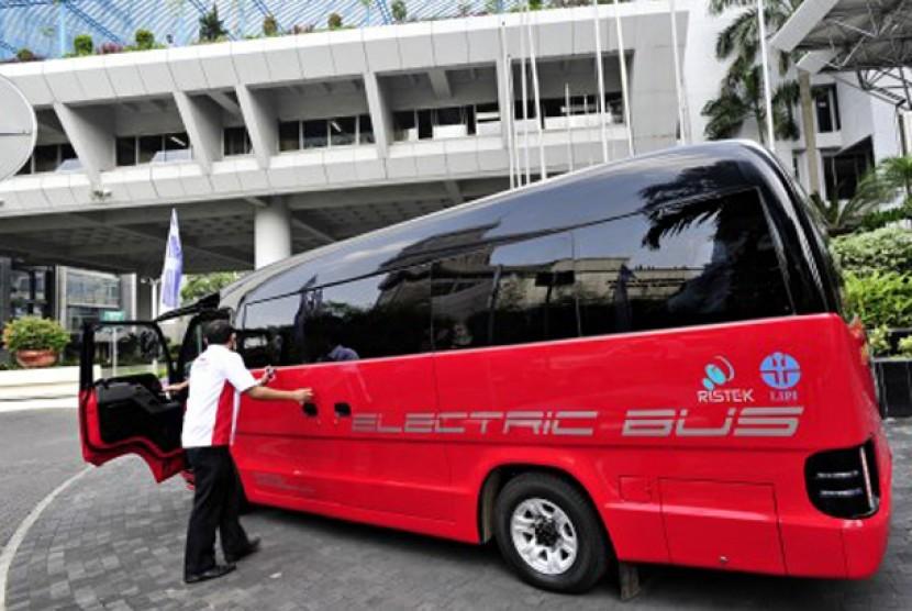 rototip bus listrik membawa rombongan berkeliling saat digelar Fun Drive Mobil Listrik Nasional di sela berlangsungnya Peluncuran Hari Kebangkitan Teknologi Nasional (Hakteknas) Ke-17 di halaman Gedung BPPT, Jakarta, Selasa (26/6).