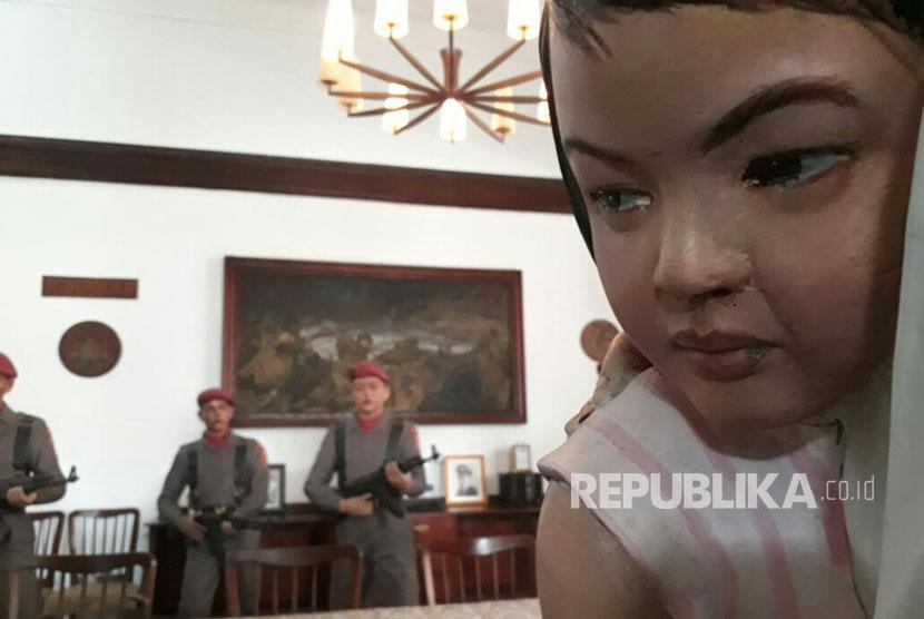 Royen (44) menunjukkan dan menceritakan kejadian G30S/PKI dengan diorama-diorama yang ada Museum A.H. Nasution, Menteng, Jakarta Pusat, Selasa (19/9).