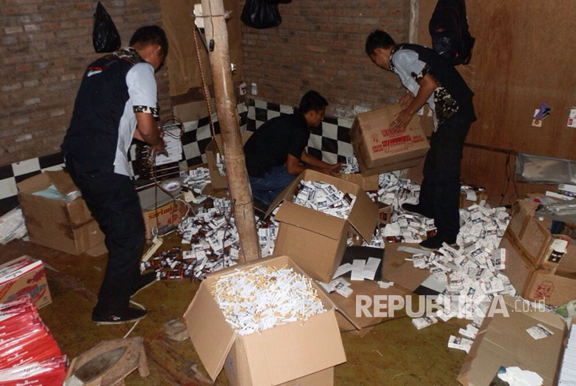 Rumah di Kudus yang digerebek petugas Bea Cukai karena memproduksi rokok ilegal.