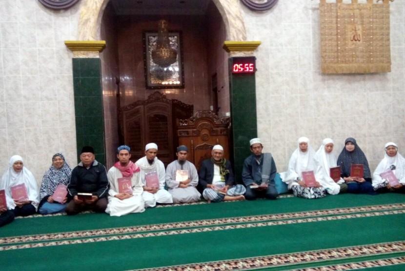 Rumah Wakaf Indonesia menyalurkan  Alquran untuk jamaah taklim Masjid Al Akhlaq tepatnya di Jl. Sarimadu, Blok 26  RT 01 RW 01, Kelurahan Sukawarna, Kecamatan Sukajadi Kota Bandung.