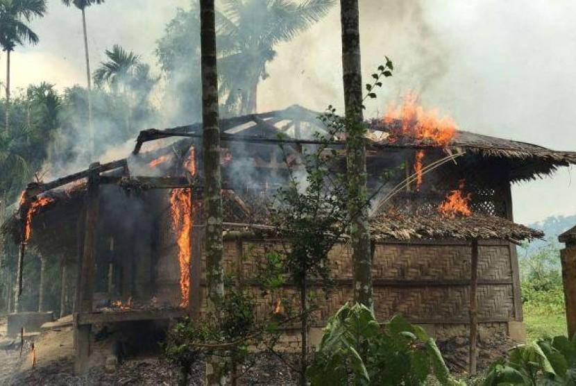 Rumah warga Rohingya terbakar.
