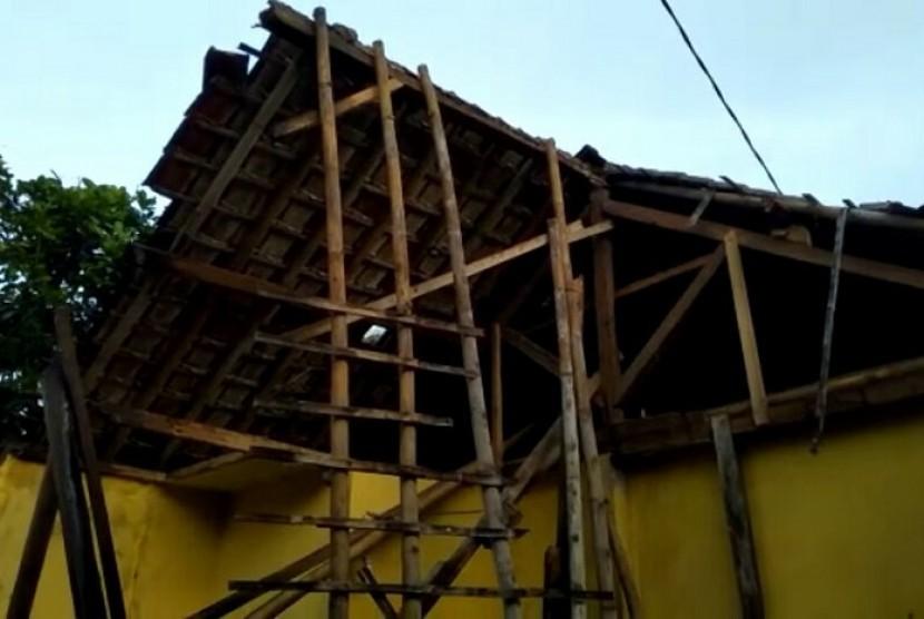 Rumah warga rusak akibat gempa yang berpusat di Selatan Kabupaten Tasikmalaya.