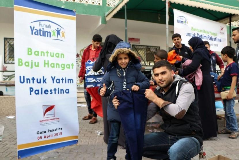 Rumah Yatim menyalurkan bantuan baju hangat dan selimut untuk anak Palestina yang kedinginan diterpa cuaca ekstrem, beberapa waktu lalu.