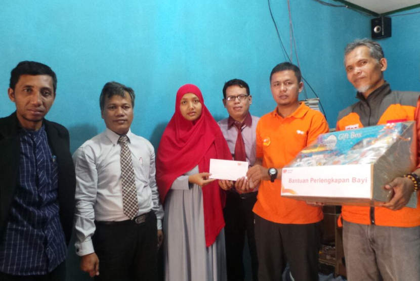 Rumah Zakat Bekasi memberikan bantuan kepada Siti Zubaidah istri dari MA, pria yang dibakar hidup-hidup oleh massa, Selasa (01/08) di Pasar Muara Bakti.