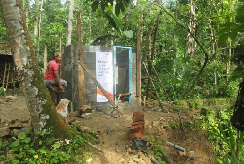 Rumah Zakat dan Kitabisa membantu pengadaan MCK di Pangandaran.