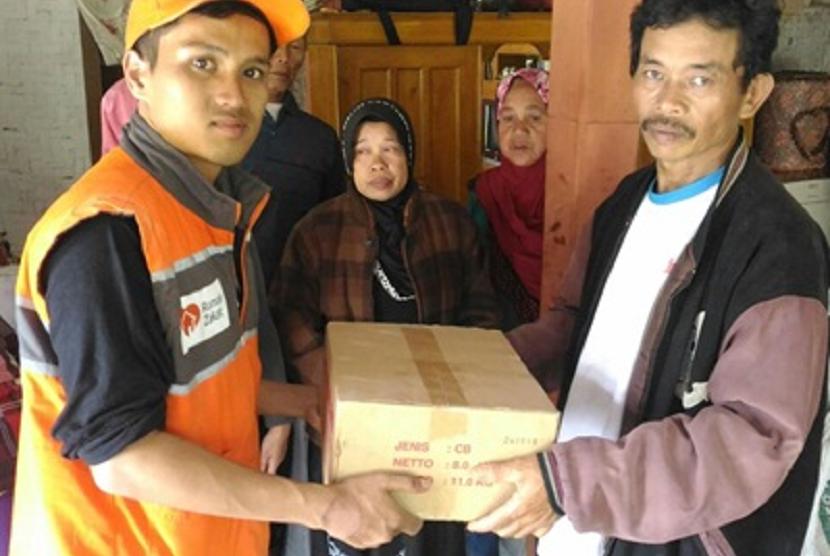 Rumah Zakat memberi bantuan kepada korban longsor.