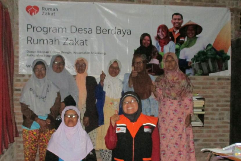 Rumah Zakat memberikan bantuan kaca mata untuk ibu-ibu majelis taklim.