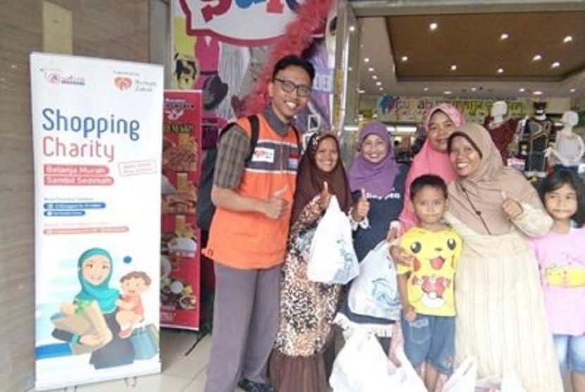 Rumah Zakat mendistribusikan Bingkisan Keluarga Berdaya untuk 6 orang di Kota Cirebon, Jawa Barat.