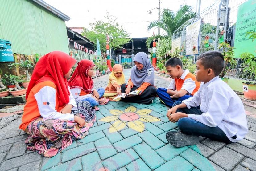 Rumah Zakat menggulirkan program belajar Bahasa Inggris bagi anak-anak dengan bayaran menggunakan sampah.