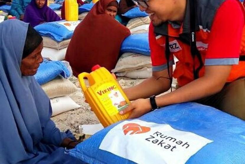 Rumah Zakat  menyalurkan bantuan pangan untuk 1.500 pengungsi di distrik Kahda, Kota Mogadishu, Somalia, Selasa (4/4)