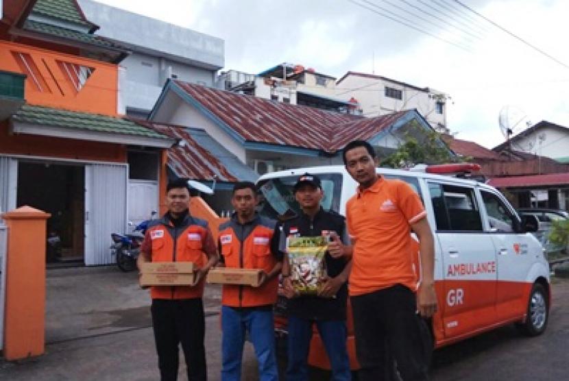 Rumah Zakat salurkan bantuan kepada korban bencana.