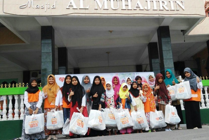 RZ (Rumah Zakat) cabang Medan membagikan 33 paket Kado Lebaran Yatim (KLY) kepada siswa SD Juara Medan di hari ke-7 Ramadhan, Ahad (12/6)