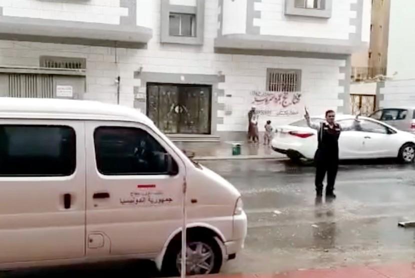 Saat hujan mengguyur kota Makkah