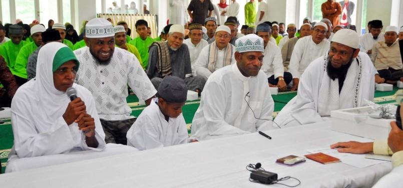 Saat membaca dua kalimat Syahadat di Masjid Darussalam, Jatibening, Bekasi, Jawa Barat, Ahad (19/2). (Republika/Agung Supriyanto)