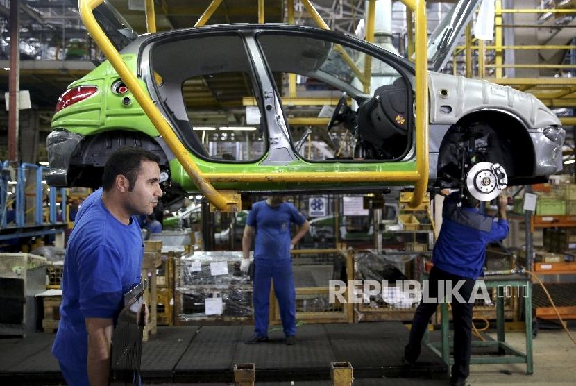 salah satu kegiatan produksi  kendaraan Peugeot di Iran