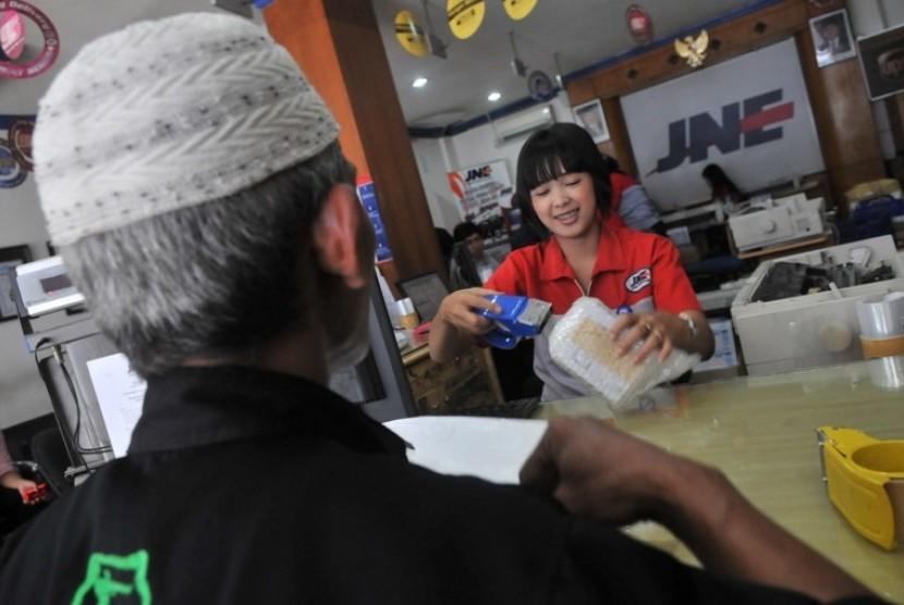 Salah satu pelanggan mengirimkan paket via JNE