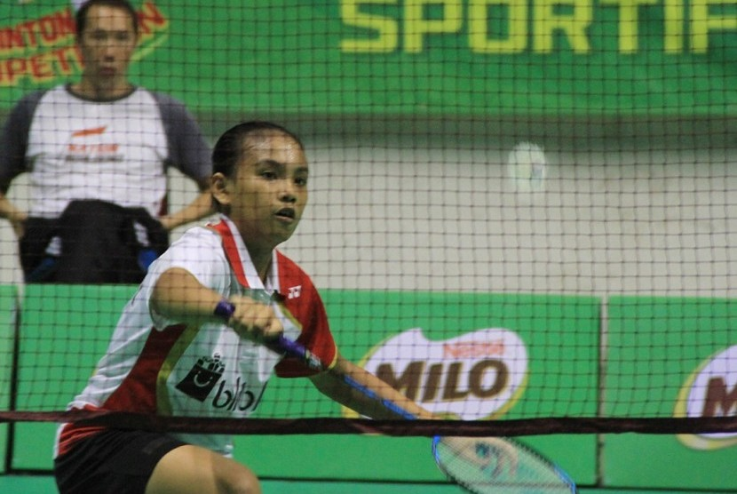 Salah satu peserta tunggal putri kelompok usia U-13 mengembalikan shuttlecock pada pertandingan babak penyisihan Sirnas-Milo Badminton Competition Pekanbaru di Gelanggang Remaja Pekanbaru, Rabu (1/11).