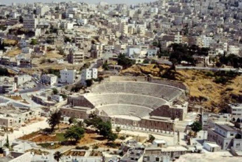 Salah satu reruntuhan amphitheatre Romawi di Amman, Yordania.