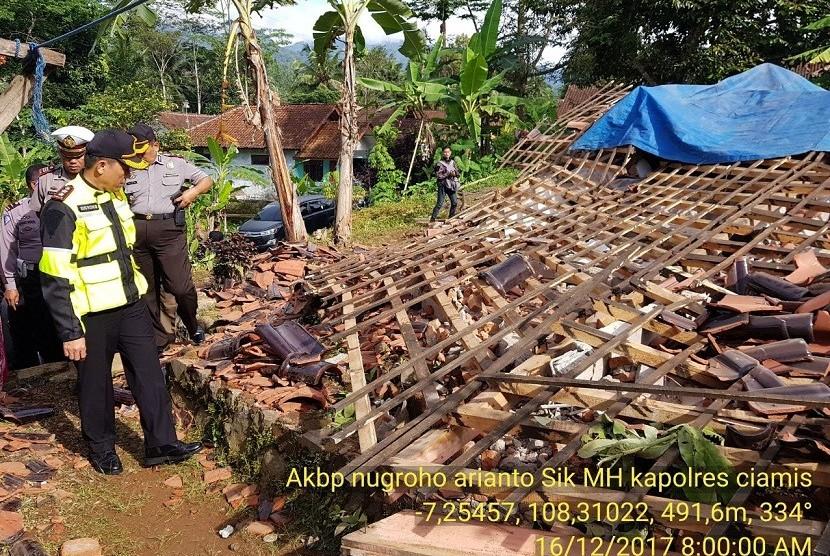 Salah satu rumah warga di Desa Gunungsari RT 04 RW 02 Kecamatan Sadananya, ambruk akibat gempa bumi.