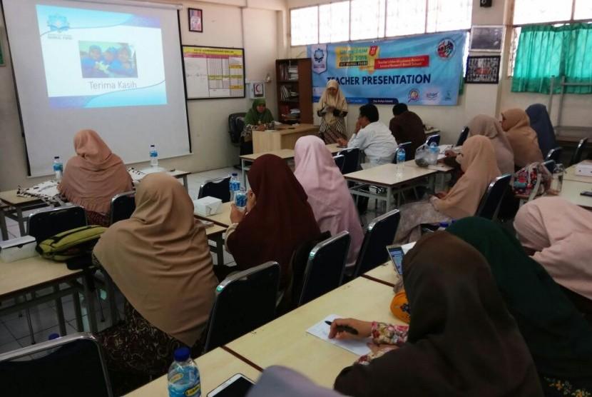 Salah seorang guru SIT Nurul Fikri sedang mempresentasikan hasil penelitiannya.