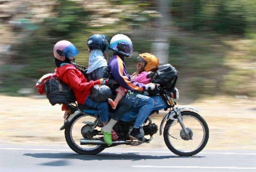 Salah seorang pemudik motor dengan anggota keluarganya.