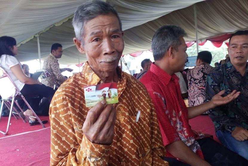 Salah seorang petani asal Kecamatan Panumbangan, Kabupaten Ciamis, Sukendi memperoleh kartu tani, Senin (9/10).