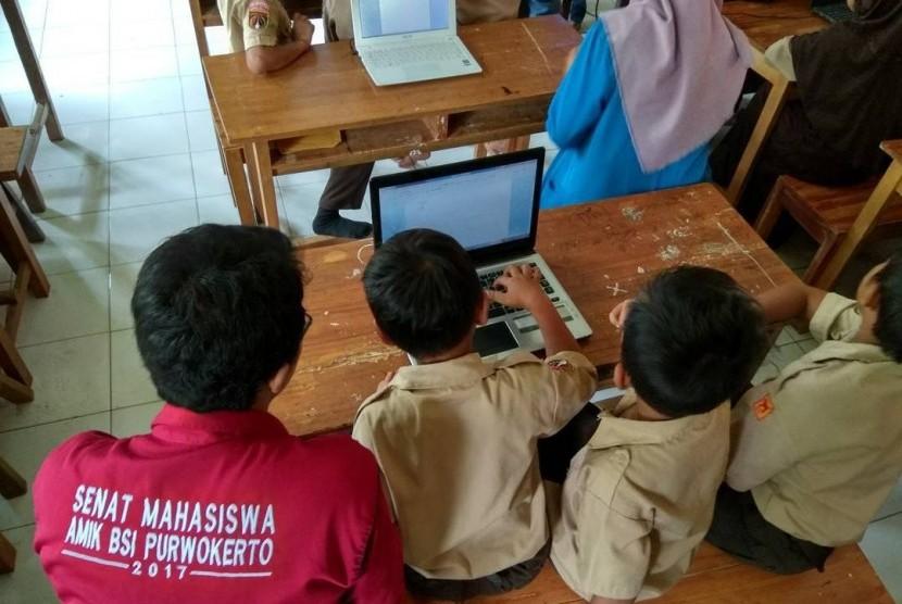 Sambut Hari Guru Nasional, mahasiswa AMIK BSI Purwokerto menggelar pembagian sembako dan bakti pendidikan.