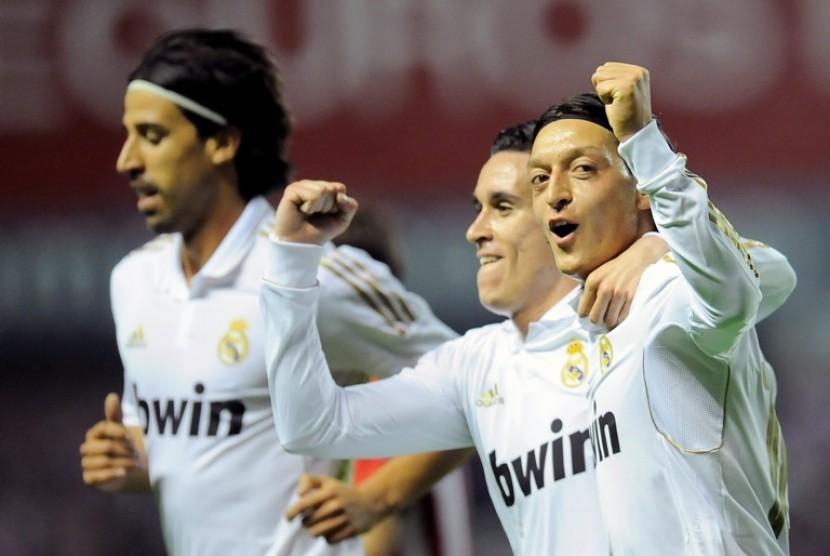 Sami Khedira (kiri) dan Mezut Ozil (kanan), dua dari enam pemain muslim yang membawa Real Madrid Juara La Liga 2011/2012