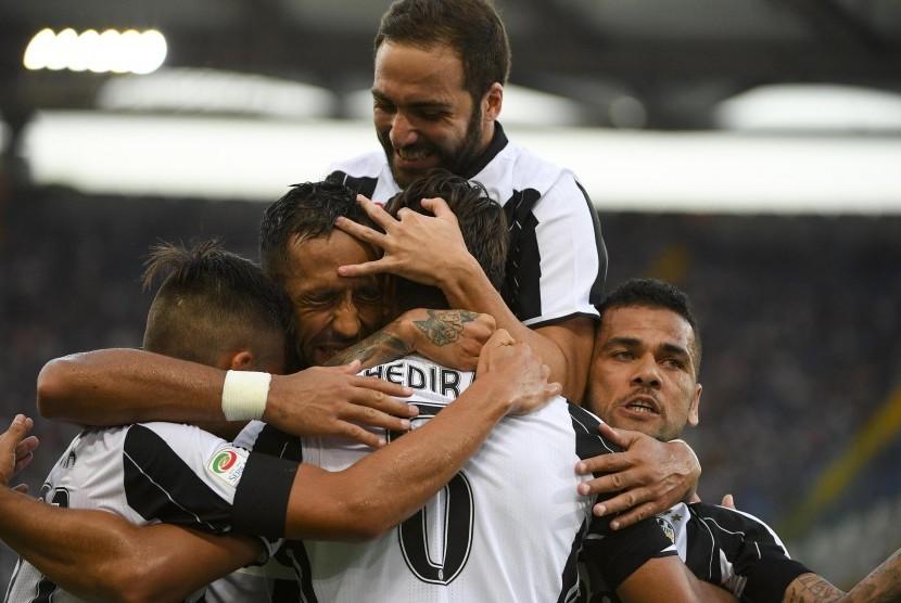 Sami Khedira (tengah) dikerubungi para pemain Juventus usai mencetak gol ke gawang Lazio pada laga Serie A Italia di Stadio Olimpico