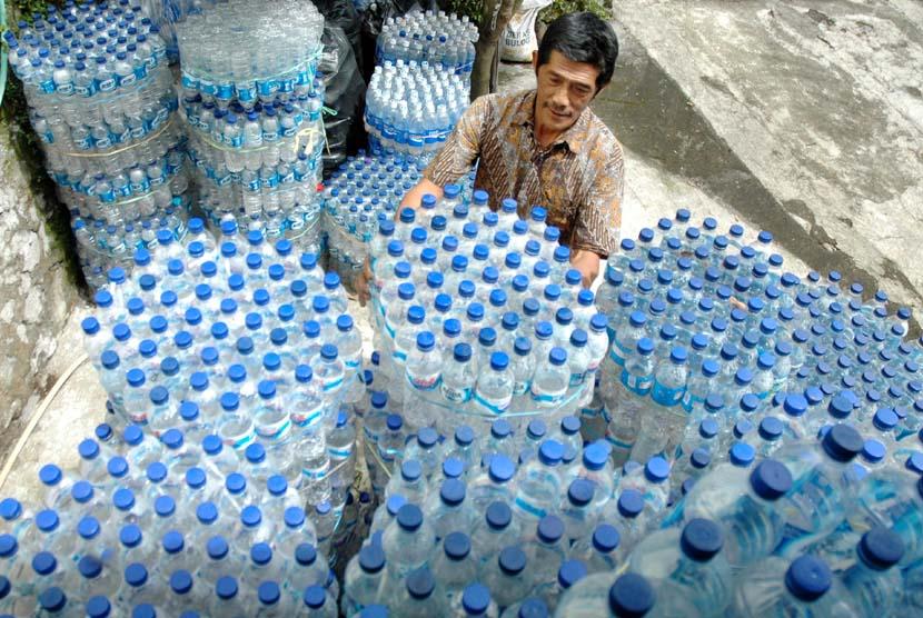 Sampah botol plastik bekas air mineral. (ilustrasi).