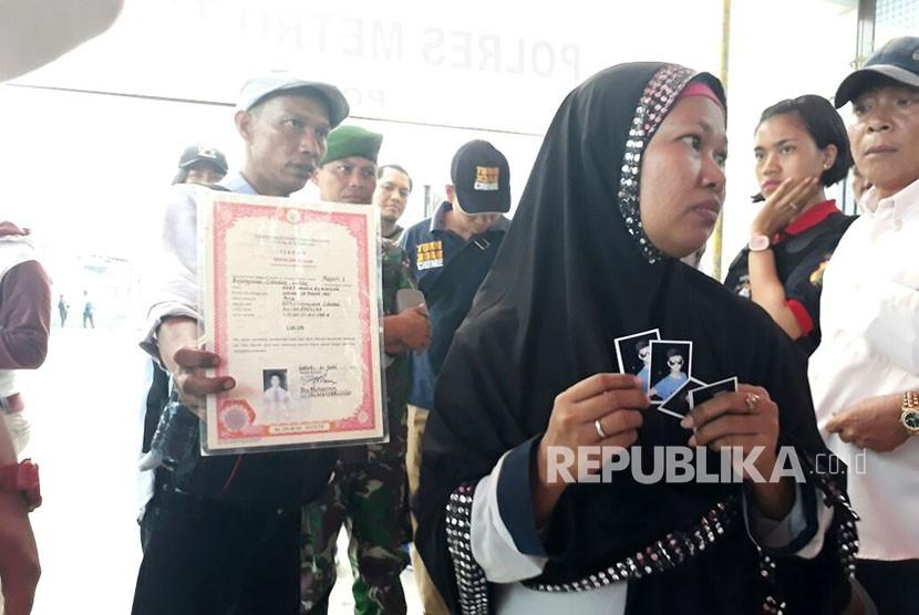 Samsul Muin dan Sri Haryati datangi posko kebakaran pabrik kembang api, Desa Belimbing, Kosambi, Kabupaten Tangerang, untuk mencari anaknya yang menjadi korban kebakaran pabrik kembang api, Jumat (27/10).