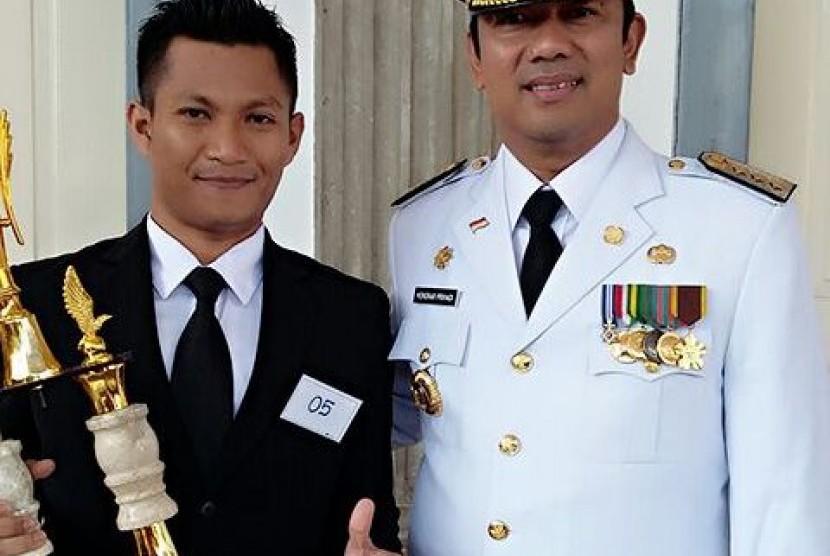 Sandi  Sapai Samsuri, pegawai Tata Usaha (TU) dari SMP Al Azhar 23 Semarang (kiri).