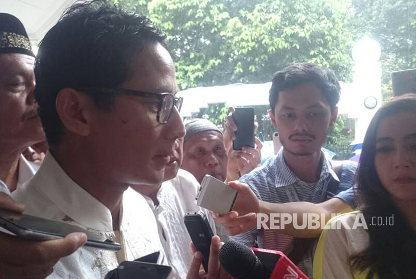 Sandiaga Salahuddin Uno menjawab pertanyaan pers seusai berjamaah shalat Jumat di Masjid At-Taqwa, Jalan Sriwijaya, Kebayoran Baru, Jakarta Selatan, Jumat (21/4)