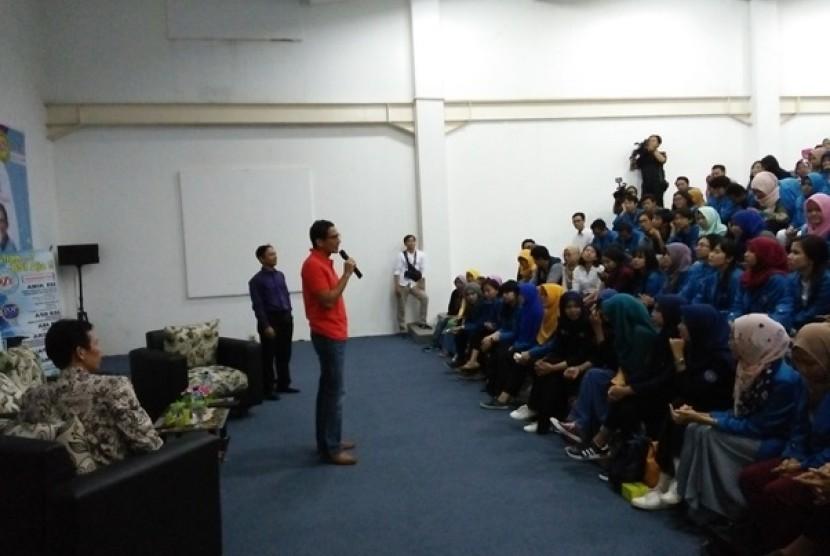 Sandiaga Uno memberikan kuliah umum kewirausahaan kepada mahasiswa AMIK BSI Kampus Cengkareng.