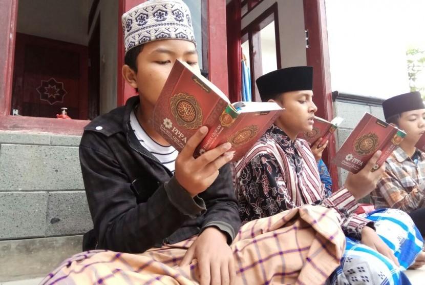 Santri tengah membaca Alquran (Ilustrasi)
