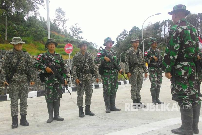 Satgas Pengamanan Perbatasan (Pamtas) TNI AD dari Yonif 131/Brata Sakti dan Tentara Diraja Malaysia (TDRM) melaksanakan patroli bersama di wilayah perbatasan Indonesia-Malaysia di Pos Komando Taktis (Pos Kotis) TNI AD di Entikong, Kalimantan Barat (Kalbar), Rabu (17/5).