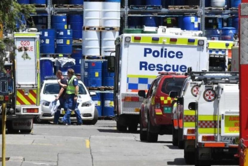 Satu orang tewas dan dua lainnya dirawat di rumah sakit setelah kecelakaan industri membuat mereka terjebak dalam tong tinta di sebuah pabrik manufaktur di barat Sydney.