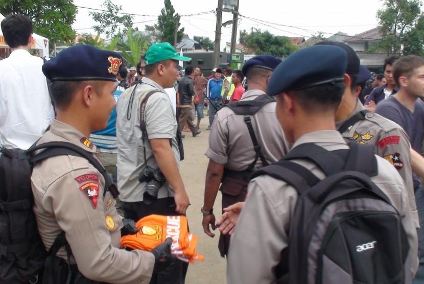 Satuan Kepolisian melakukan persiapan evakuasi korban Sukhoi di kawasan posko Cijeruk, Sukabumi, Jumat (5/11). (ROL)