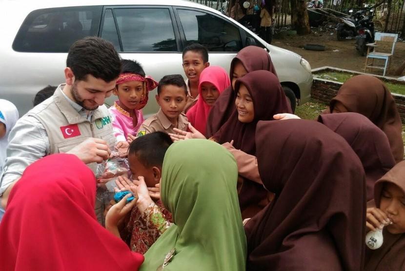 SD dan SMP PKPU Aceh dikunjungi oleh Tim IHH Turki, Kamis (16/3).