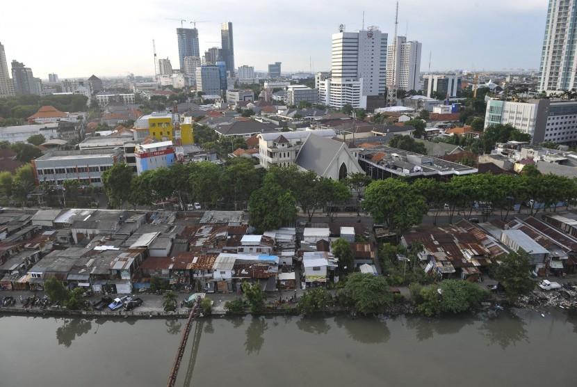 Sebagian Kota Surabaya terlihat dari salah satu gedung bertingkat di Surabaya, Jawa Timur, Jumat (21/10).