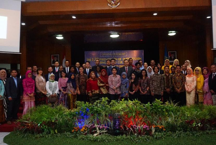Sebanyak 12 diplomat asing dari 12 negara akan belajar bahasa dan budaya Indonesia di Universitas Muhammadiyah Malang (UMM).