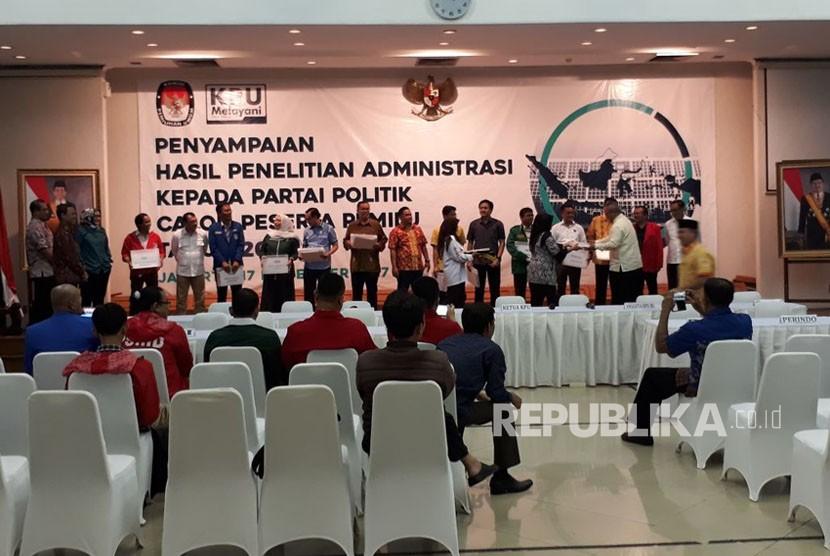 Sebanyak 14 parpol calon pesesta Pemilu 2019 resmi menerima hasil penelitian administrasi dari KPU, Jumat (17/11). Parpol-parpol tersebut akan menjalani masa perbaikan dokumen administrasi selama 14 hari mendatang.