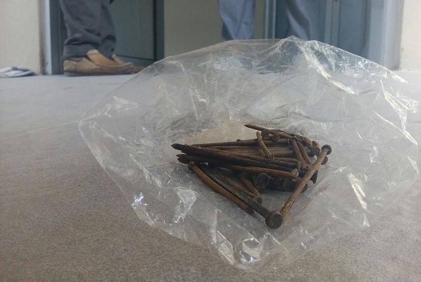 Sebanyak 47 paku berkarat sukses dikeluarkan dari tubuh warga Kota Tasikmalaya Wawan Gunawan usai operasi di RSUD dr Soekardjo, Rabu (1/11). Paku berkarat itu terdiri dari beragam ukuran.