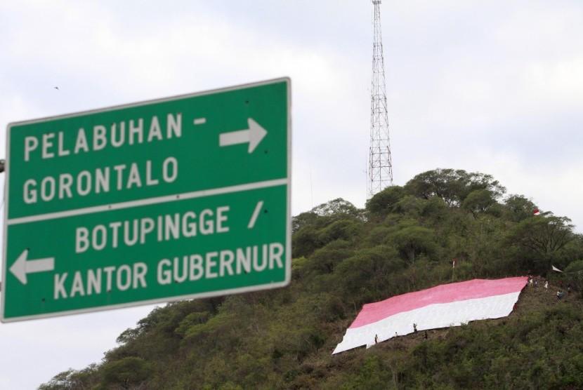 Sebuah bendera merah putih raksasa berukuran 30x30 meter dibentangkan di bukit Dumbo, Kota Gorontalo, Selasa (16/8).