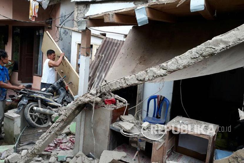 Sebuah rumah di  Kampung Cimanggah Kelurahan/Kecamatan Cikole, Kota Sukabumi porak poranda akibat ledakan gas 3 kg, Sabtu (15/4).
