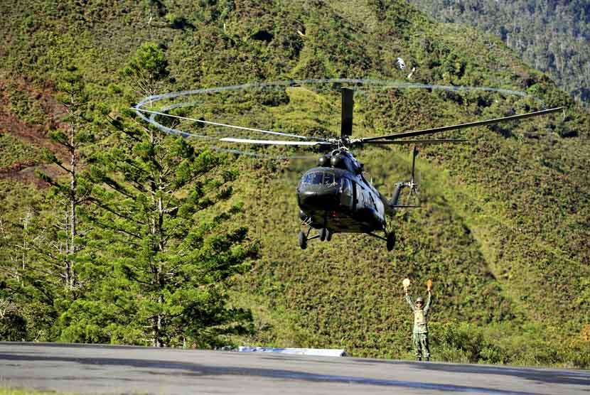 Sebuah helikopter yang membawa prajurit Kopassus TNI AD bersiap