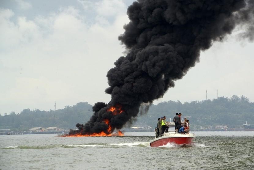 Sebuah kapal mendekati lokasi pertama kali munculnya api di perairan Teluk Balikpapan, Kalimantan Timur, Sabtu (31/3). Akibat terbakarnya pipa minyak bawah air Balikpapan-Penajam Paser Utara, mengakibatkan satu kapal kargo MV Ever Judger dan dua kapal nelayan terbakar serta menewaskan dua nelayan.