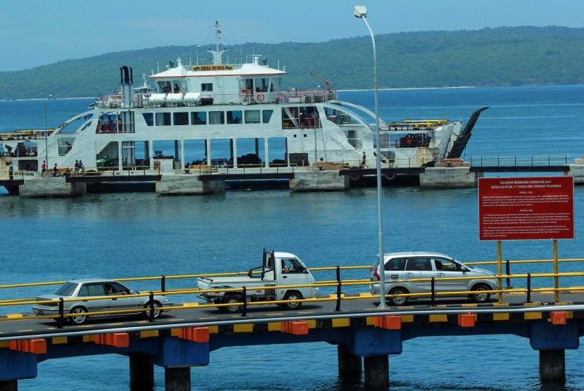 Sebuah kapal sandar di pelabuhan.
