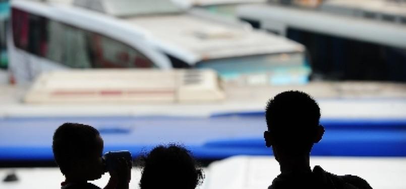 Sebuah keluarga tengah menanti keberangkatan busnya di Terminal Lebak Bulus, Jakarta.