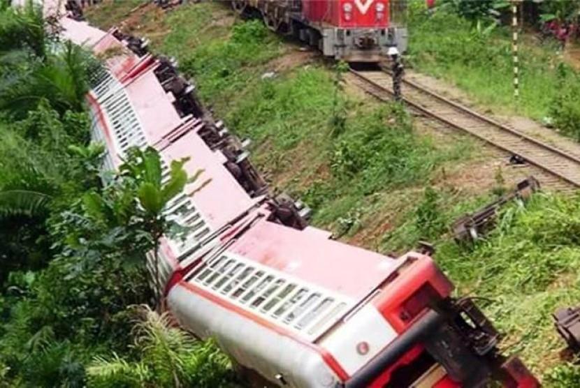 Sebuah kereta penumpang di Kamerun dilaporkan tergelincir dan keluar dari jalur, Jumat (21/10). Akibatnya, kereta terbalik dan membuat setidaknya 55 orang tewas.